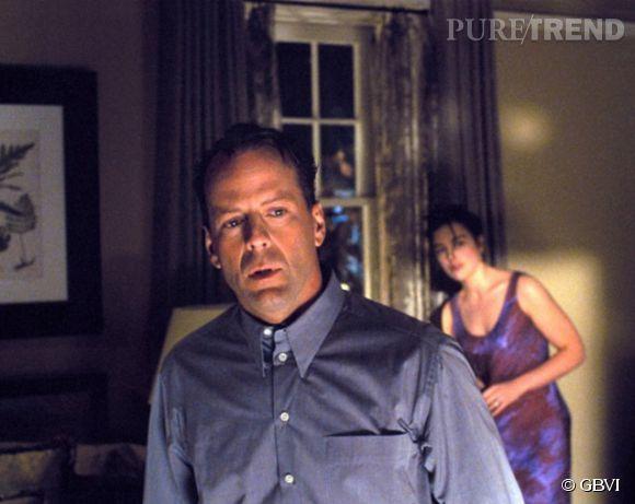 Bruce Willis n'arrive pas à sauver sa femme au début du film Sixième Sens en 2000.