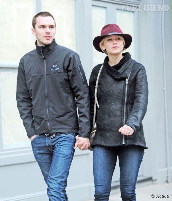 Jennifer Lawrence et son fiancé Nicholas Hoult le 25 avril 2014 dans les rues de Londres.