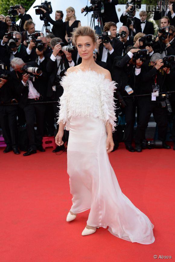 Cannes 2014 :  Heike Makatsch, la robe blanche virginale et à plumes pour la montée des marches jour 3, le 16 mai 2014.