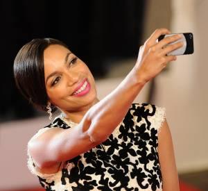 Rosario Dawson à la mode selfie pendant la montée des marches de Captives.