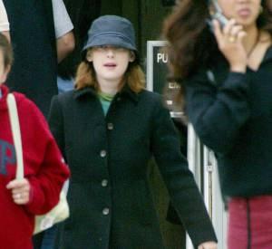 Grillée en train de voler des fringues dans une boutique en 2001, Winona Ryder sort du tribunal avec un chapeau sur les yeux. Condamnée à payer une lourde amende, elle fera également près de 500h de travaux d'intérêt général.