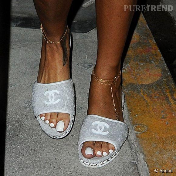 c3fb1178abc Rihanna et ses claquettes Chanel. Jolies au demeurant mais dommage pour le  vernis blanc et