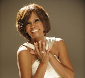 Whitney Houston : Angela Bassett mettra en scène son biopic.