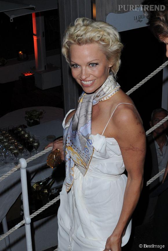 Il y a quelques jour, Pamela Anderson venait à Cannes avec sa coupe courte et un décolleté de folie.