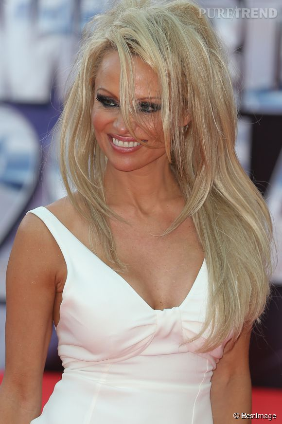 Pamela Anderson assume mal sa coupe courte ? Elle opte pour une perruque lors des World Music Awards le 27 mai 2014.