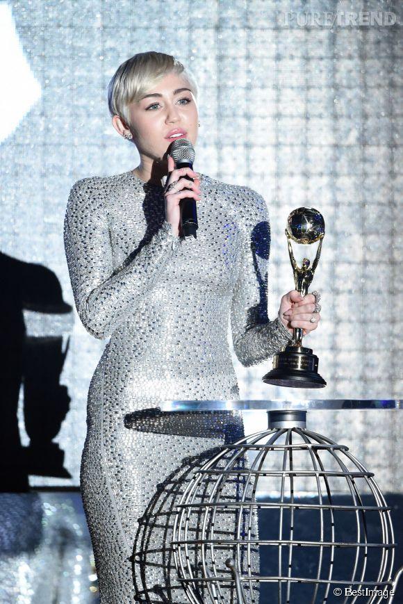 32cf087794e Miley Cyrus prtait une sublime robe argentée signée Kaufman Franco pour  aller chercher son prix aux