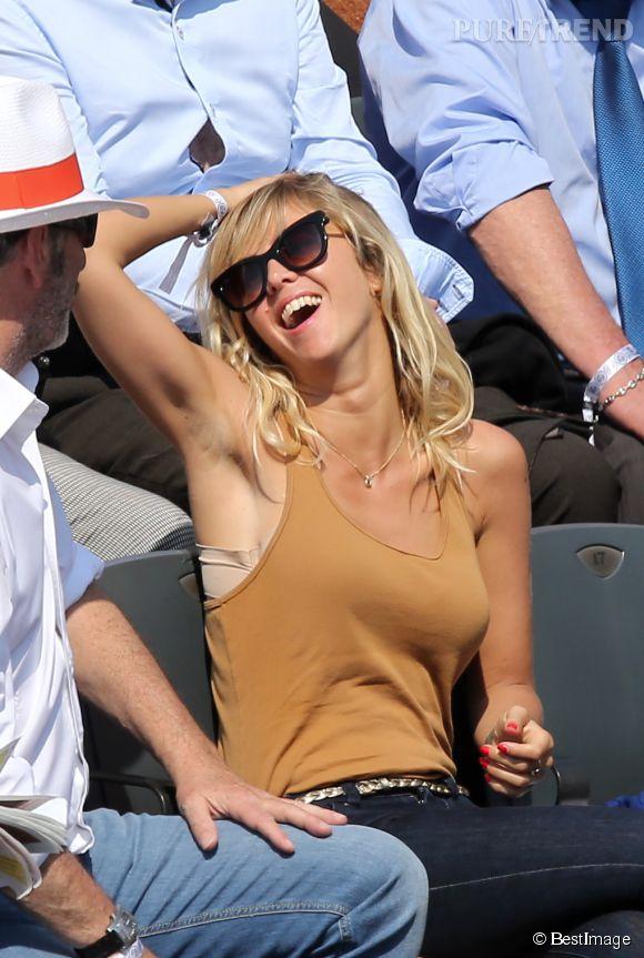 Enora Malagré dans les tribunes de Roland Garros le 31 mai 2014. Elle n'a pas hésité à jouer les pin-up sur les gradins !