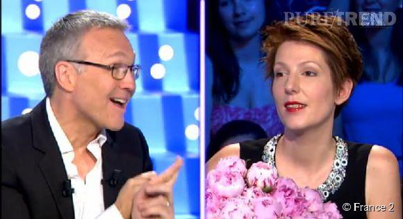 """Natacha Polony a reçu un bouquet de fleurs de Laurent Ruquier et un baiser d'Aymeric Caron pour sa dernière émission de """"On est pas couché""""."""