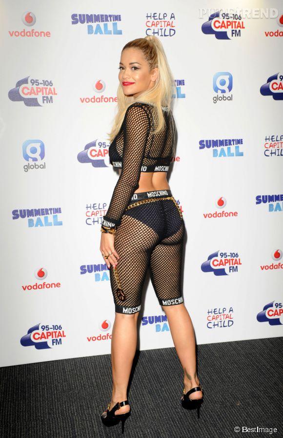 Rita Ora n'a pas eu peur de montrer son corps dans cet ensemble en résille Moschino.
