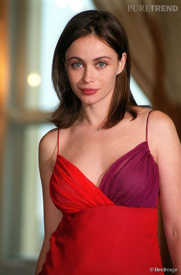 Emmanuelle Béart, décolleté piquant et petite robe rouge.