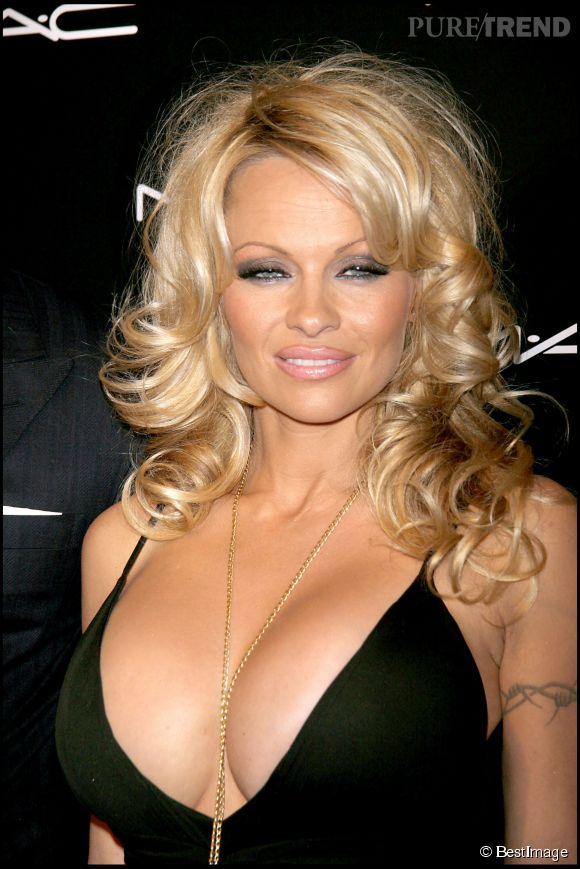 """Pamela Anderson et son décolleté """"plus XXL tu meurs"""", à une soirée organisée par MAC en 2006."""