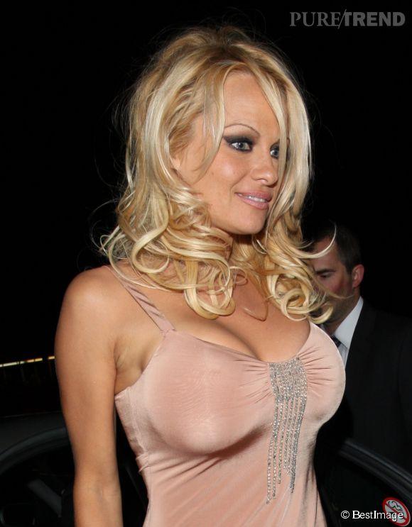 Pamela Anderson et son décolleté nude à Londres en 2008.