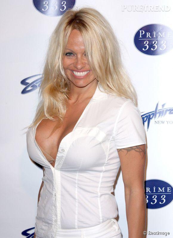 Pamela Anderson : sous l'assaut, son chemisier n'a pas tenu...