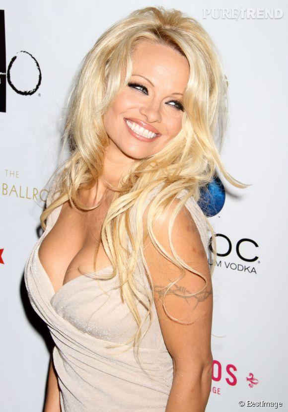 Pamela Anderson à une forte poitrine et elle aime le montrer, comme ici en 2012.