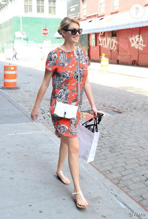 Kate Upton en séance shopping dans les rues de New York le 3 Juillet 2014