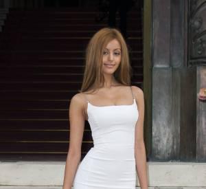 Zahia a eu un petit problème de montée des marches chez Versace à Paris le 7 juillet 2014.
