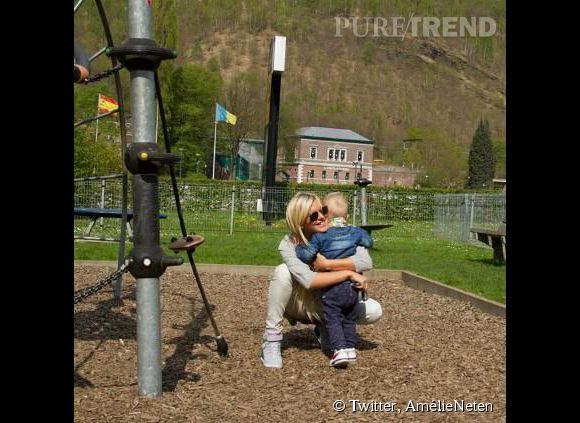 Amélie Neten et son fils Hugo profitent d'une belle après-midi au parc. Avec cette photo, la star des Anges espère faire taire ses détracteurs.