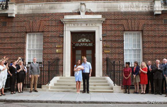 Kate Middleton et le prince William, à leur sortie de la maternité avec le petit George en juillet 2013. Le gynéco qui a accouché la duchesse a eu la grosse pression !