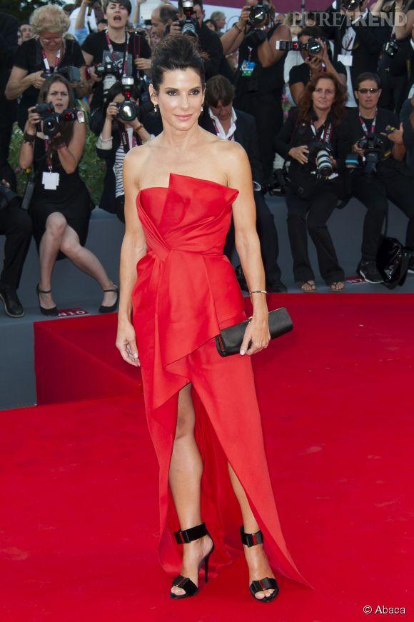 Sandra Bullock, en rouge passion... renversante.