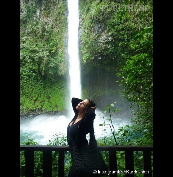 Kim Kardashian profite de la nature, en toute simplicité bien évidemment...