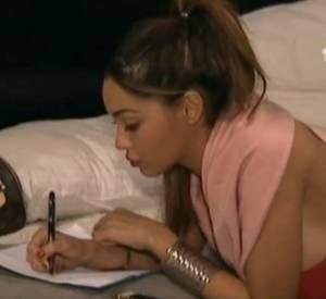 """Dans le dernier épisode d'""""Allo Nabilla"""", la jeunen femme rédige une lettre destinée à son père."""