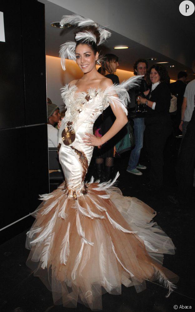 Sofia Essaïdi défile tout en plumes pour le Salon du Chocolat en 2006.