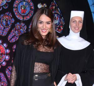 """Sofia Essaïdi le ventre à l'air à côté d'une (fausse) bonne soeur. Les tapis rouges (ici """"Sister Act"""") réservent toujours leur lot de surprises."""