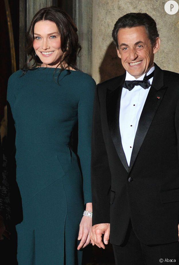 Carla Bruni-Sarkozy et Nicolas Sarkozy lors d'un diner à l'Elysée en 2009. Elle, grande, mannequin et chanteuse, lui, pas très grand et président : les mystères de l'amour !