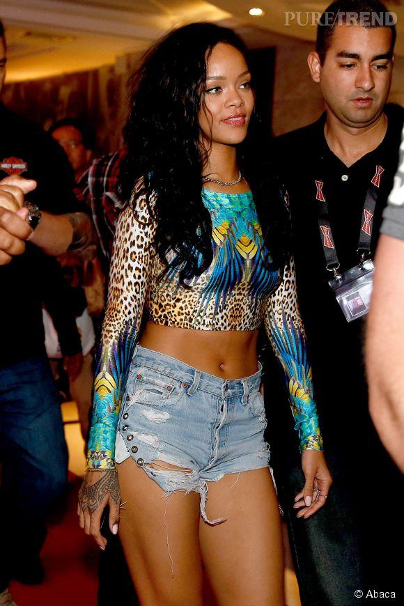 Adepte du cropped top, Rihanna prête son visage à la collection Viva Glam de Mac.