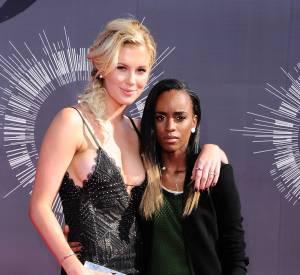Ireland Baldwin et Angel Haze ont officialisé leur relation face aux objectifs sur le tapis rouge des MTV VMAs 2014.