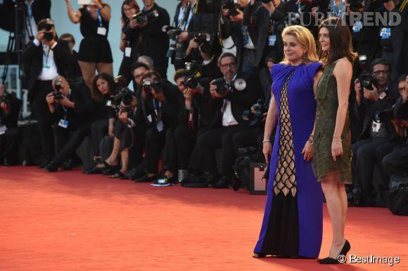 """Catherine Deneuve et Chiara Mastroianni à la première du film """"3 coeurs"""" au Festival du Film de Venise 2014."""