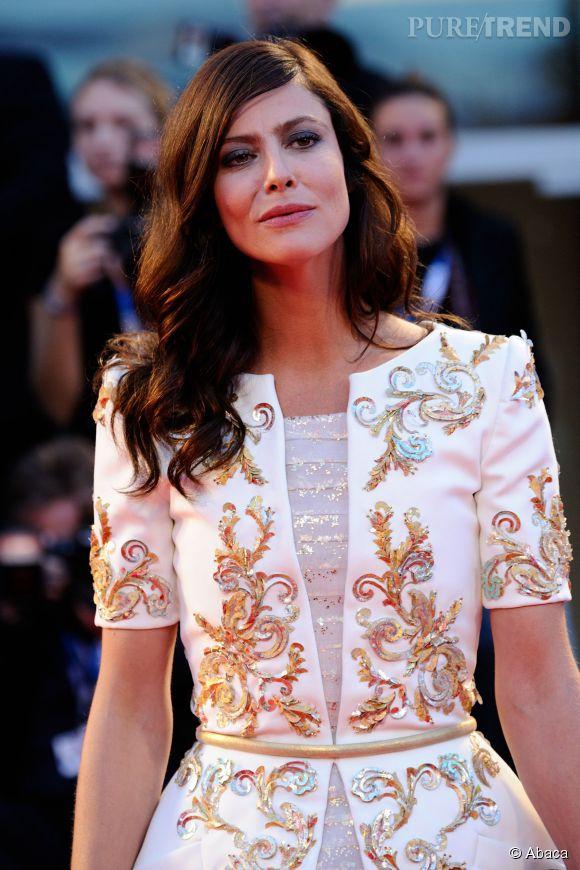 """Anna Mouglalis adopte un maquillage charbonneux sur le red carpet de la première de """"Il Giovane Favoloso"""" à Venise le 1er septembre 2014."""
