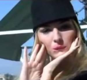 """Quand Louise Bourgoin imite Ariel Dombasle... On ne s'en lasse pas. """"Allô Bernard-Henri ? Mais qui a pu voler votre perruque ?""""."""