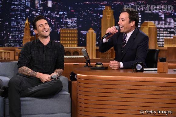 """Adam Levine est l'invité de Jimmy Fallon dans le """"Tonight Show"""" ce 2 septembre 2014."""