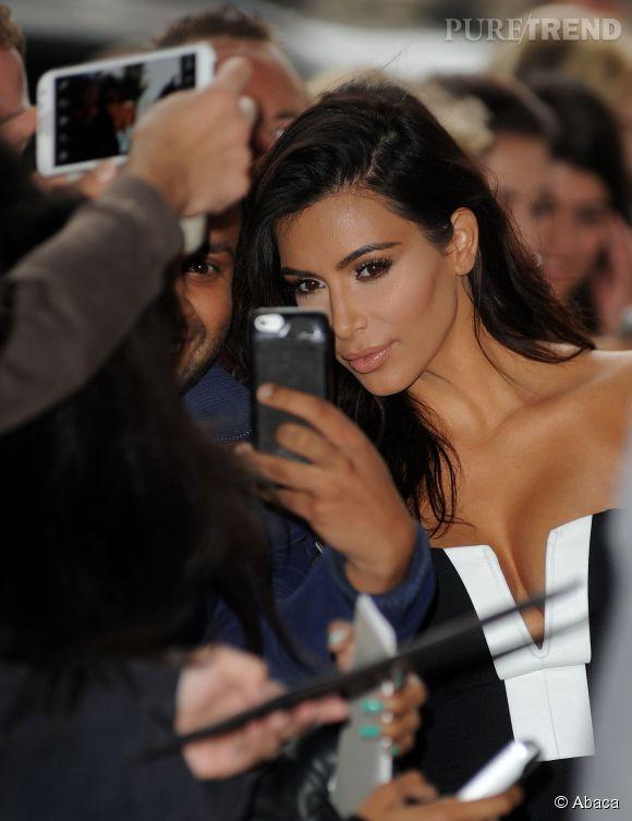 Kim Kardashian prend la pose comme si sa vie en dépendait.