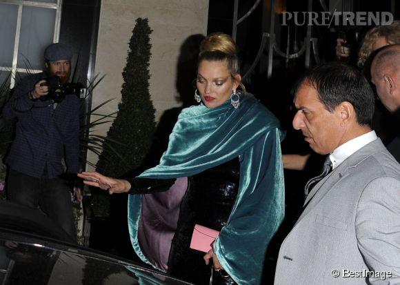 Kate Moss s'affiche dans une longue robe noire en sequins.