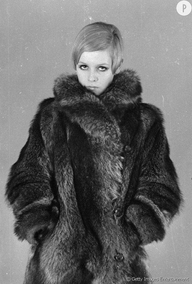 Indispensable n°4 : le manteau de fourrure Avec son physique androgyne, la brindille aime s'emmitoufler de fourrure à laquelle elle porte sa touche décalée.