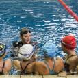 Sportive, Charlène de Monaco a beau avoir mis fin à sa carrière de championne, elle continue à donner des cours de natation aux enfants.