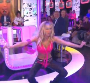 Enora Malagré se prend pour Britney Spears