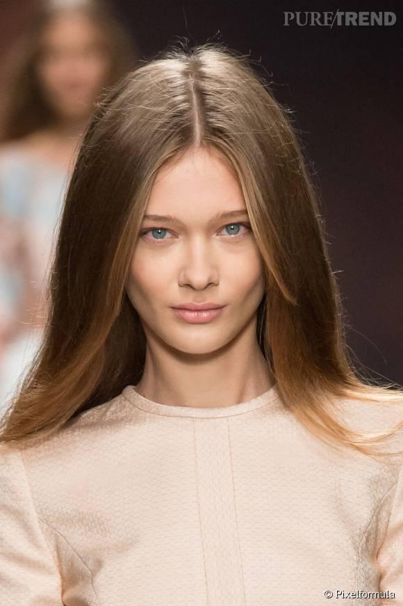 Défilé Blumarine à Milan lors de la Fashion Week Printemps-Été 2015. La raie au milieu est un nouveau must-have coiffure !