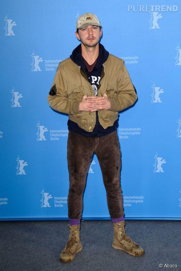 Shia Labeouf en plein photocall de la Berlinale... Aurait-on perdu sa valise à l'aéroport ? Non, Shia ne compte plus faire d'effort vestimentaire.