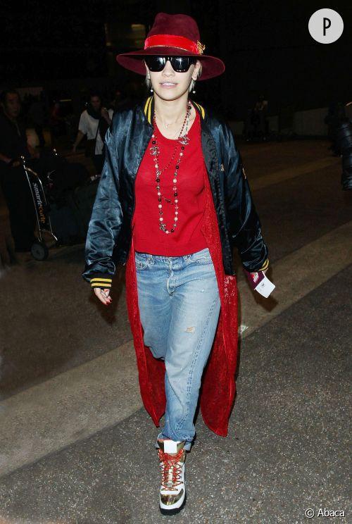 Rita Ora et son look ultra streetwear à l'aeroport de LA qu'on lui pique !