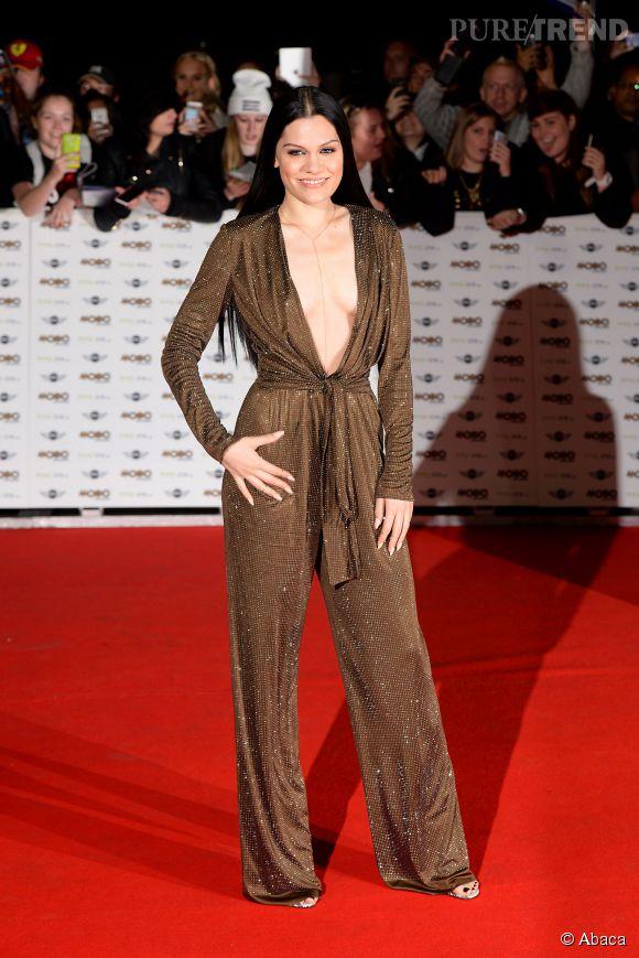 Jessie J en met plein la vue avec sa combinaison décolleté.