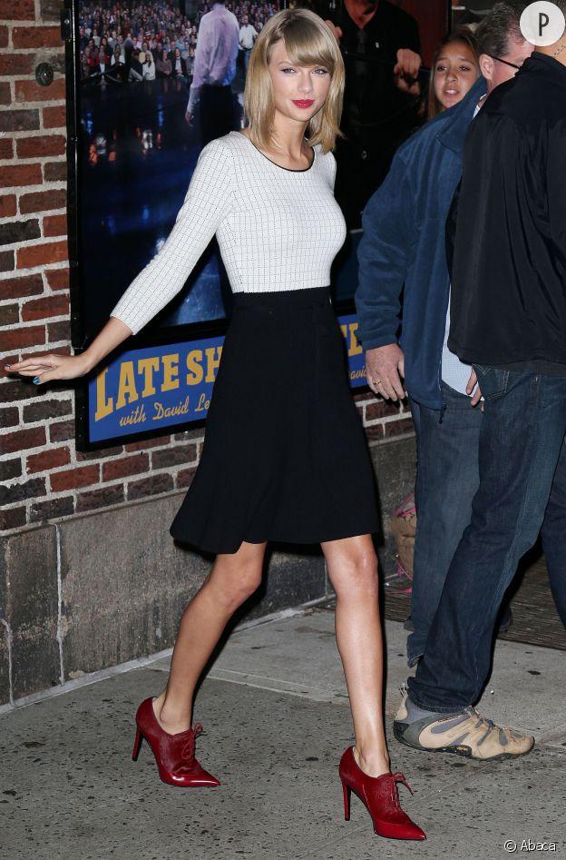 Taylor Swift porte un top et une jupe Oscar de la Renta.