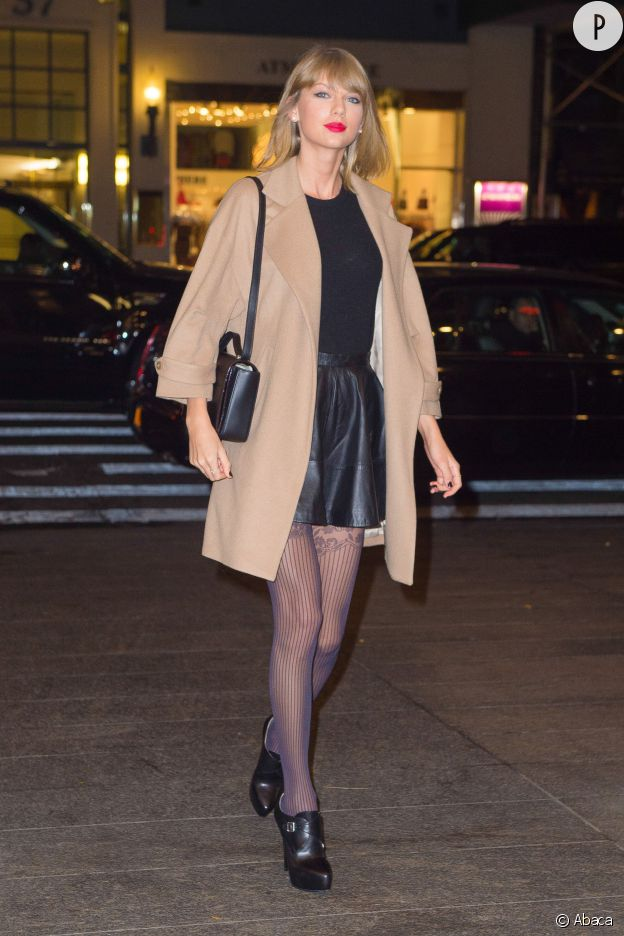 Taylor Swift porte une jupe Asos et un sac Kate Spade.