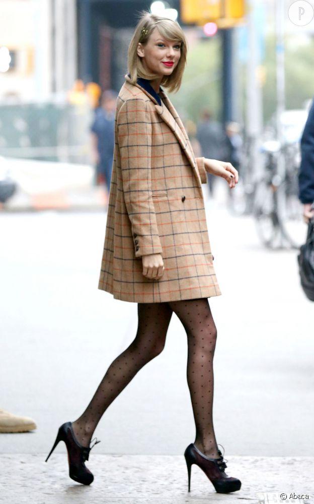 Taylor Swift porte un manteau Miss Patina, des Richelieu Christian Louboutin, un sac Aldo et un serre-tête Acca.