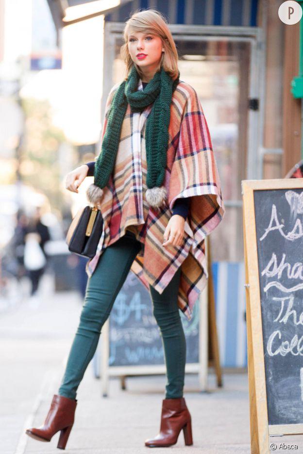 Taylor Swift porte une cape et une écharpe Topshop, un pantalon Hudson et un sac Dolce & Gabbana.