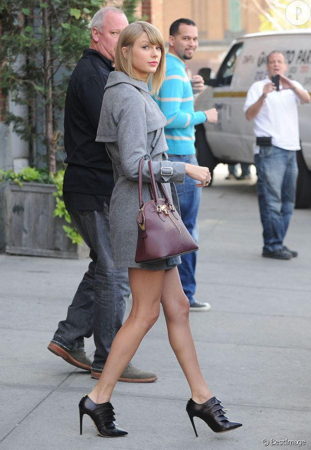 Taylor Swift porte un manteau Asos, un sac Aldo et des chaussures Jérôme C. Rousseau.