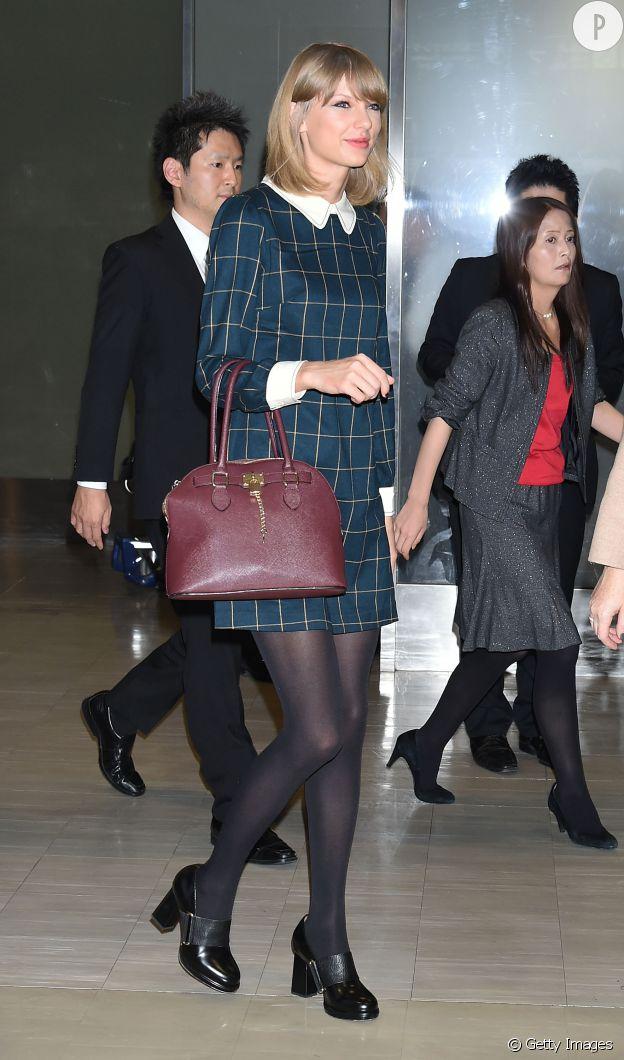 Taylor Swift porte une robe Miss Patina, un sac Aldo et des chaussures & Other Stories.