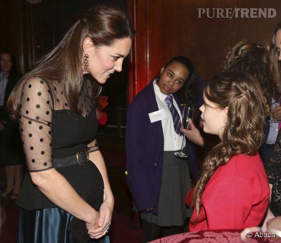 Kate commence enfin à afficher un petit ventre rond accentué ici par un top peplum.